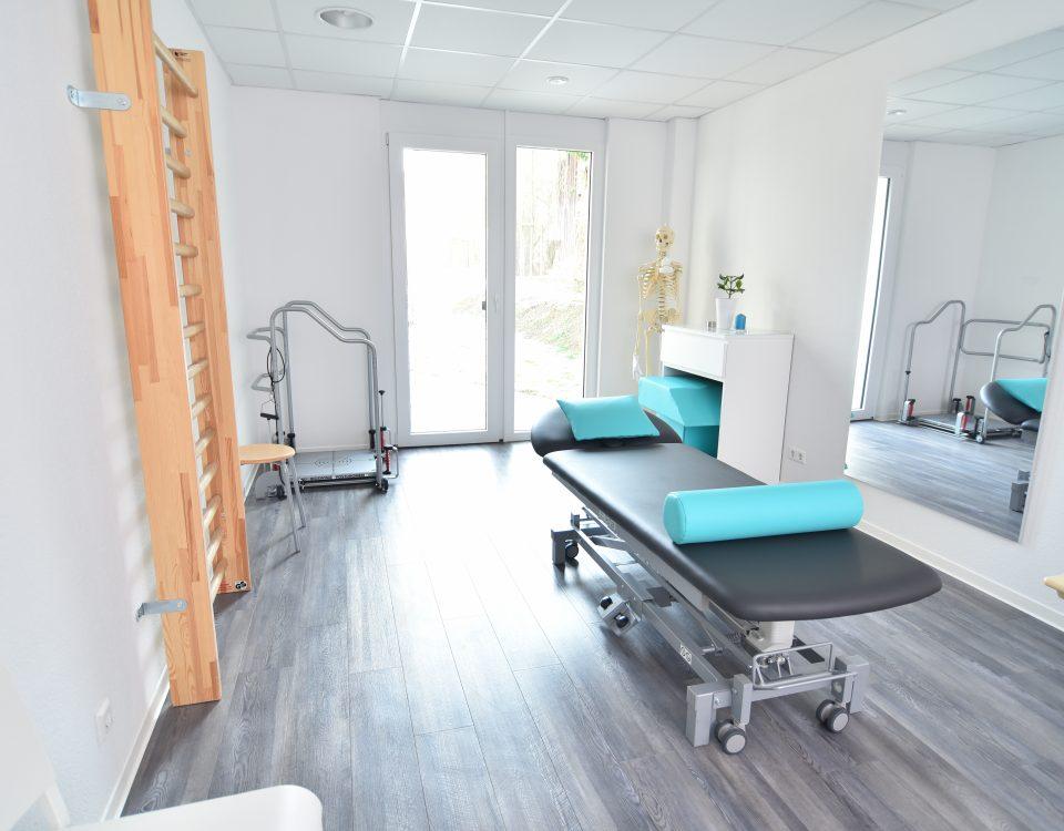 Behandlungsraum mit unter anderem einer Liege und einer Sprossenwand der Radyx Physiotherapie Leonberg.