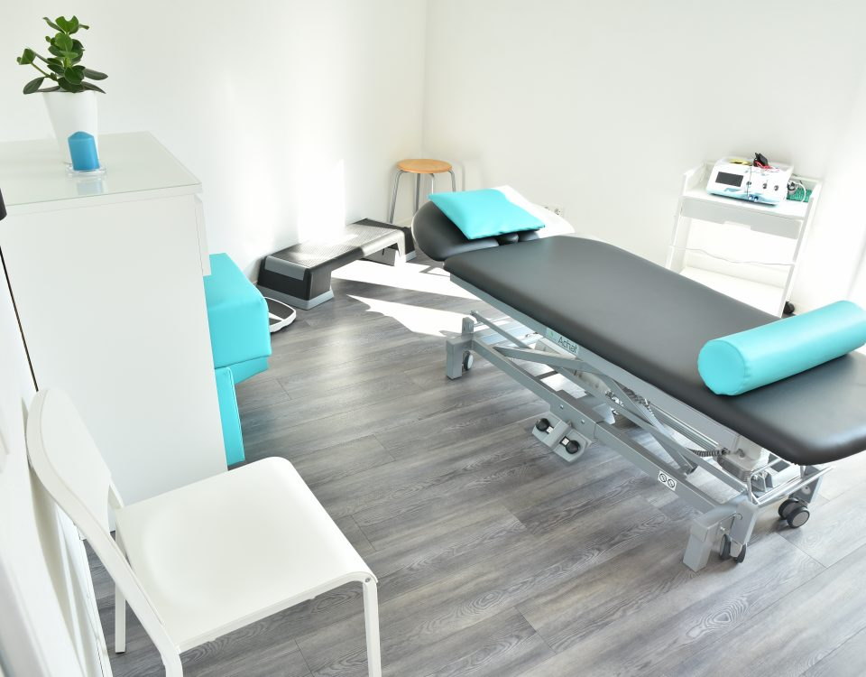 Behandlungsraum mit einer Liege in der Mitte des Raumes der Radyx Physiotherapie Leonberg.