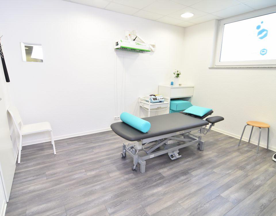 Großer Behandlungsraum der Radyx Physiotherapie Leonberg mit einer Liege.